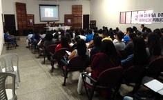 Público assiste à conferência com o psicólogo Bruno Simões