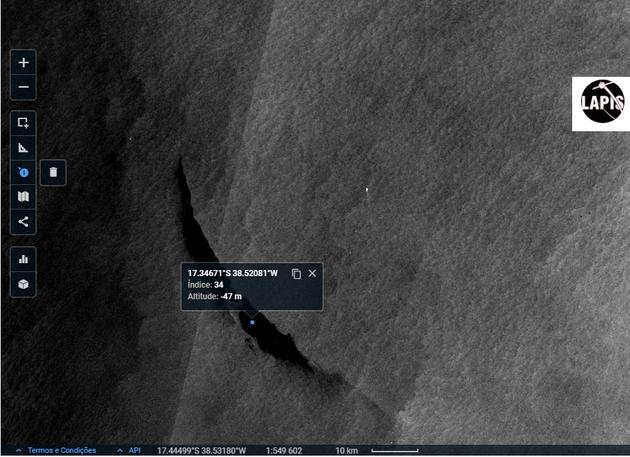 A imagem também permite detectar três navios nos pontos claros