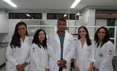 O professor Carlos Fraga com os membros da pesquisa no laboratório em Arapiraca