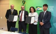 Josealdo Tonholo com termo de posse assinado, o ministro Weintraub, a reitora reconduzida ao Instituto Federal Catarinense, Sônia Regina de Souza Fernandes, e o Secretário de Educação Superior, Arnaldo Lima