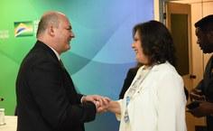 Josealdo Tonholo cumprimenta a reitora do Instituto Federal Catarinense, Sônia Regina de Souza Fernandes, reconduzida ao cargo