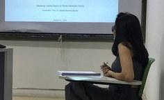 Pesquisadora durante defesa da dissertação no mestrado da Fanut
