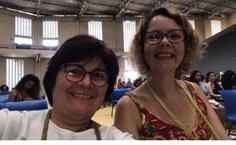 A coordenadora da Residência, Elizabeth Souza (à esquerda)