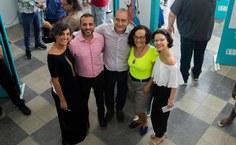 Vinícius Palmeira com o diretor da ETA, David Farias, e professoras da ETA