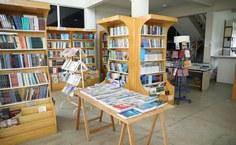 Livraria da Edufal está instalada no CIC, por trás dos bancos