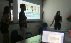 Alunos apresentando os resultados da pesquisa em aula