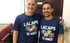 Professor Arnaldo Tenório, coorientador do trabalho, com o pesquisador Luís Carlos Barroso