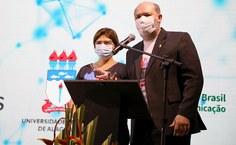 Vice-reitora Eliane Cavalcanti e o reitor Josealdo Tonholo saudando a comunidade universitária no lançamento da TV Ufal