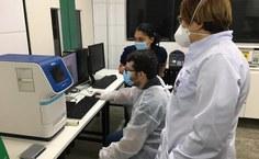 Abel, Aline Silva e Eliane no laboratório