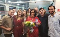 Lenilda Luna, recebeu o troféu pela premiação na categoria rádio web, na 16ª edição do Prêmio Odete Pacheco