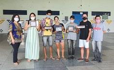 2020. Iris Danielle, diretora da Pina, e professor Luciano Falcão na premiação dos alunos da Escola Onélia Campelo